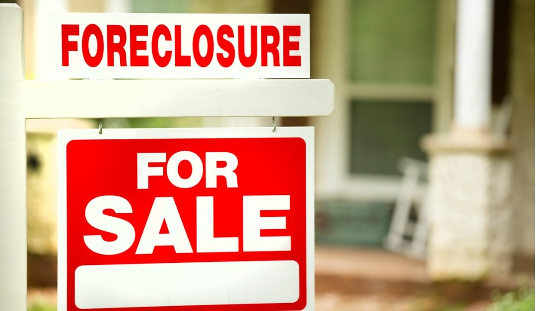 Who Pays Closing Costs When a House in Foreclosure Is Purchased?